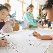 Crianças na classe de arte